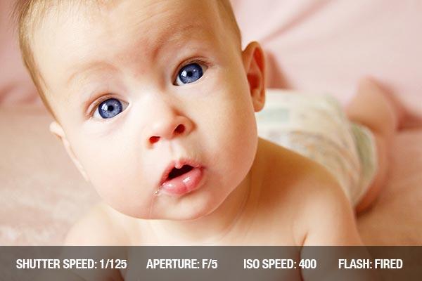 Consejos profesionales fotografía con bebés(recien nacidos): Little Baby Girl mirando a la cámara