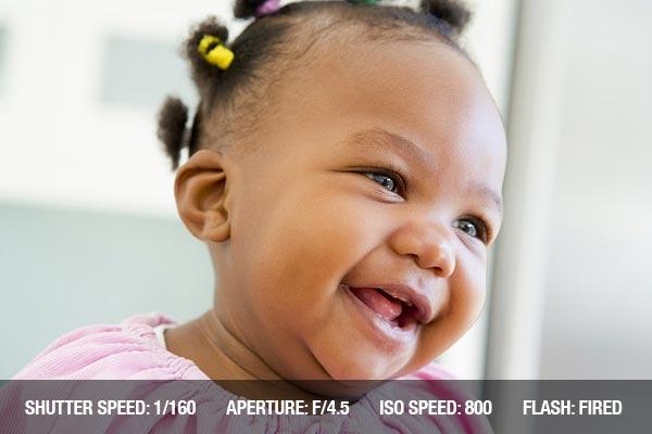 Consejos profesionales fotografía con bebés(recien nacidos):  Bebé en el interior riendo