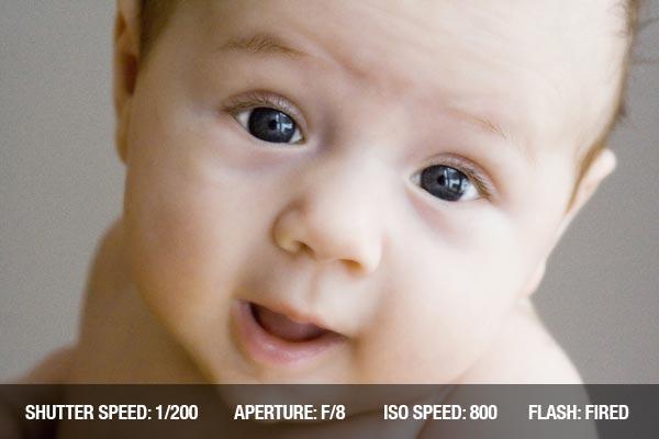 Consejos profesionales fotografía con recien nacidos:  Fotografía de un bebé feliz riendo