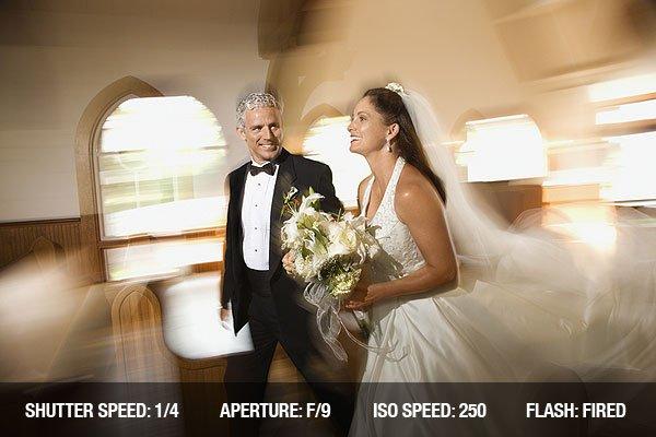 Ảnh cưới của cô dâu và chú rể rời nhà thờ với hiệu ứng nhòe chuyển động